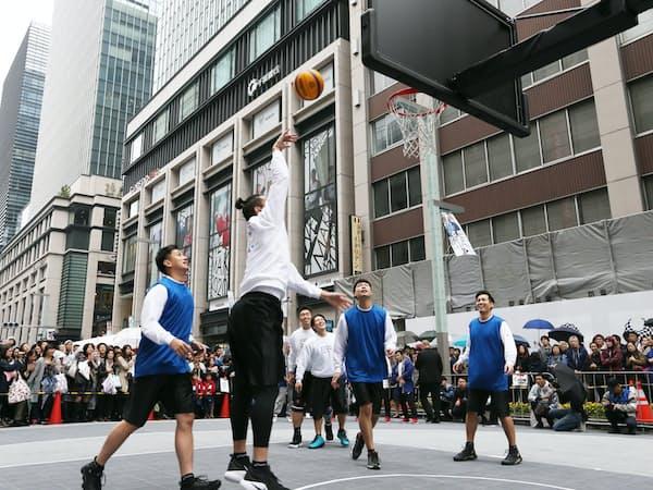 東京五輪開幕1000日前イベントで披露されたバスケットボール3人制のデモンストレーション(10月28日、東京・日本橋)