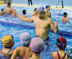 水泳教室で子どもたちを指導する萩野公介(29日、東京都小平市)=共同