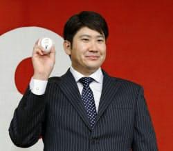 沢村賞に選ばれ、ポーズをとる巨人・菅野(30日、東京都内のホテル)=共同