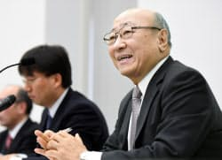 決算を発表する任天堂の君島社長(30日午後、大阪取引所)