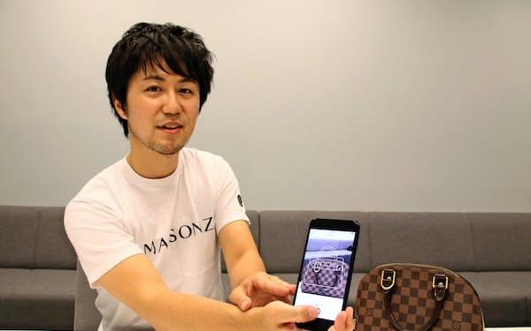 ブランド品特化のフリマアプリを説明するソウゾウの鈴木氏