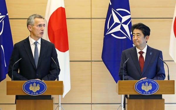 共同記者発表するNATOのストルテンベルグ事務総長(左)と安倍首相=31日午前、首相官邸