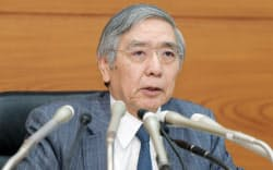 金融政策決定会合を終え、記者会見する日銀の黒田総裁(31日午後、日銀本店)