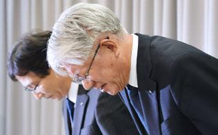 神戸製鋼所は「品質問題調査委員会」の委員長に当初、川崎博也会長兼社長(写真右)が就いた(10月26日、東京都千代田区)