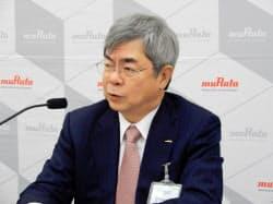 決算記者会見で質問に応える村田社長(大阪市)