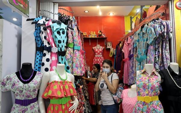 鮮やかなパーティードレスも店頭に並ぶようになった(10月27日、バンコク・プラティナム・ファッションモール)