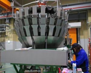食品工場向けの組み合わせ計量器では世界シェア7割に達する(滋賀県栗東市)