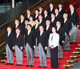 初閣議を終え記念写真に納まる第4次安倍内閣の閣僚(1日午後、首相官邸)