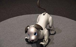 ソニーが発表したaibo。犬型で愛らしいしぐさをする