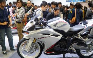 東京モーターショーでも250ccのバイクには若者が集まった(ホンダのCBR250RR)