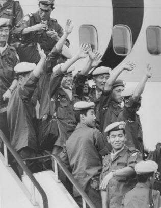 厳戒態勢が敷かれるカンボジアに向け、チャーター機で飛び立つ陸上自衛隊国連平和維持活動(PKO)派遣部隊の本隊(1992年10月13日、愛知・小牧基地)