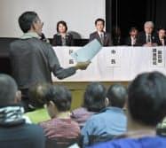 質問を聞く大阪市の吉村市長(壇上、左から2人目)ら(3日、大阪市北区)