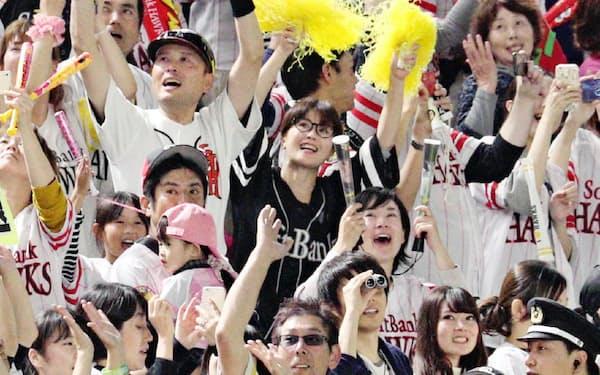 ホークスが日本一となり、スタンドで喜ぶファン(4日、福岡市中央区のヤフオクドーム)