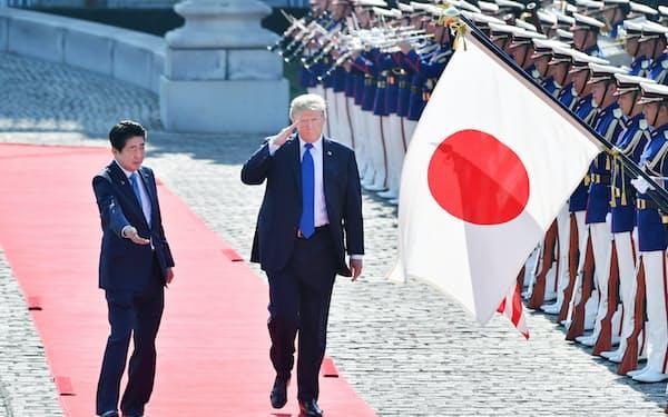儀仗隊の栄誉礼を受けるトランプ米大統領と安倍首相(6日午前、東京・元赤坂の迎賓館)