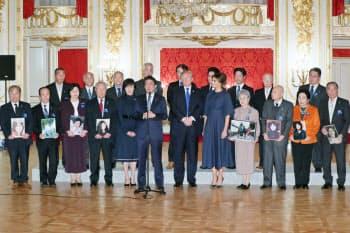 拉致被害者家族らとの面会を終えたトランプ米大統領(前列右から6人目)と安倍晋三首相(6日午後、東京・元赤坂の迎賓館・羽衣の間)=代表撮影