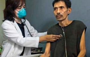 フィリピン・マニラ市の病院で診察を受ける結核患者。アジアなど世界で年100万人以上が亡くなる