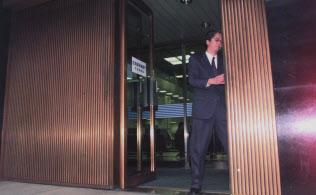 シャッターが閉じられて98年の歴史に幕を降ろした拓銀本店=1998年11月13日午後、札幌市中央区。