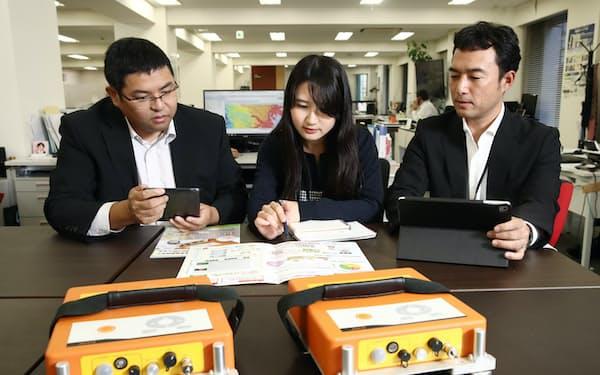 地盤調査サービスについて議論する地盤ネットホールディングスの社員(東京都中央区)