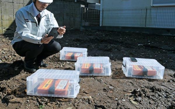 地面に測定器を並べ地盤の揺れやすさを調べる(東京都杉並区)