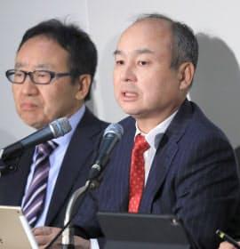 決算発表するソフトバンクグループの孫正義会長兼社長(右)と宮内副社長(6日午後、東証)