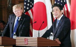 共同記者会見に臨むトランプ米大統領(左)と安倍首相(6日午後、東京・元赤坂の迎賓館)=代表撮影