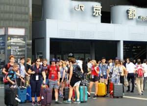 17年の訪日外国人は2900万人に迫りそうだ(9月15日、京都駅前)=共同