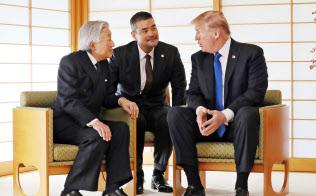 トランプ米大統領(右)と会見する天皇陛下(6日午前、皇居・御所)
