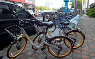 オーバイク(手前)と行政主導の公共シェア自転車(高雄市内)