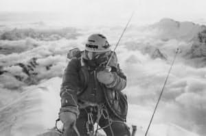 北壁世界初登はんをチョモランマ山頂で報告する重広さん