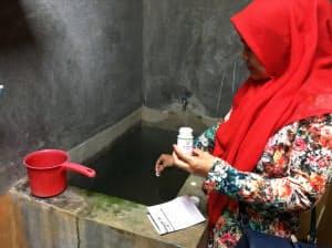 インドネシアで実施した実証実験で、水浴び用の浴槽にモスノンをいれる住民