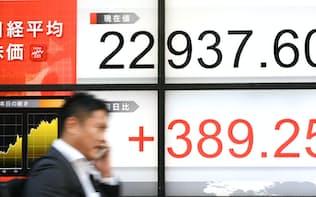 1996年の高値を上回った日経平均株価(7日午後、東京都中央区)