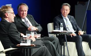 討論する(右から)ハーバード・ビジネス・スクール教授の竹内弘高氏とIMD教授のドミニク・テュルパン氏(8日午前、東京都千代田区)