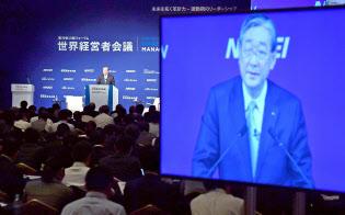 講演するアサヒグループホールディングス会長兼CEOの泉谷直木氏(8日午前、東京都千代田区)