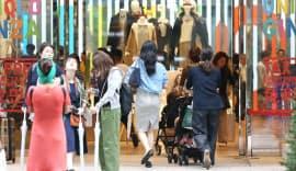 買い物客でにぎわうユニクロ銀座店(17年9月)