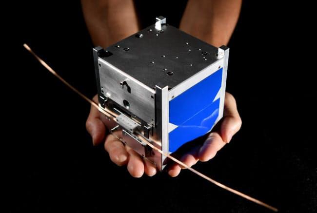 手のひらに収まる10センチ角の人工衛星の試験機。ドリームサテライトプロジェクトで打ち上げる