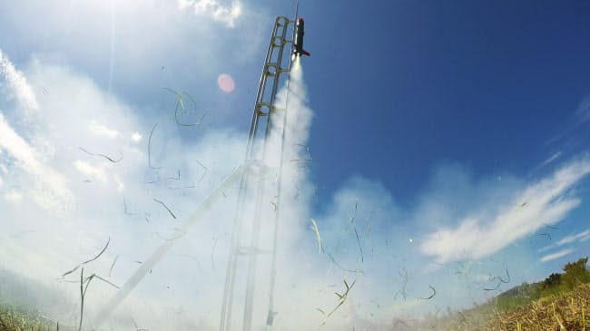 青空に飛び立つ大阪府立大のロケット。高度240メートルまで一気に上がった(和歌山市)=アクションカメラで撮影