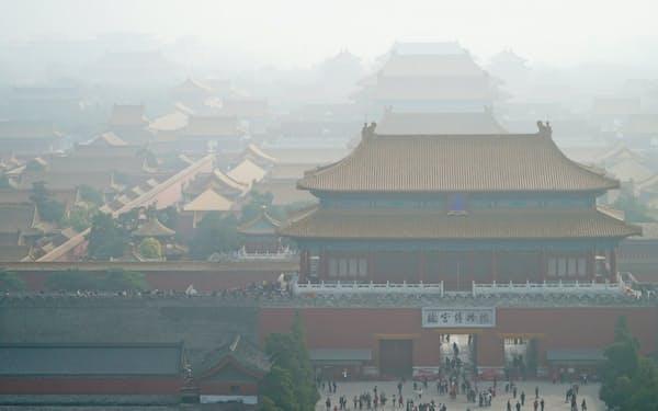 大気汚染で視界が悪くなる日は珍しくない(スモッグの影響でかすむ故宮博物院、10月20日、北京)=小高顕撮影
