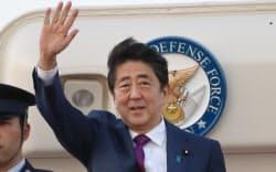 アジア太平洋経済協力会議(APEC)の首脳会議出席のため、ベトナムへ出発する安倍首相(9日午後、羽田空港)