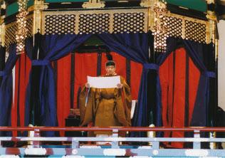 「正殿の儀」で即位を宣言される天皇陛下=1990年11月12日、皇居・正殿。