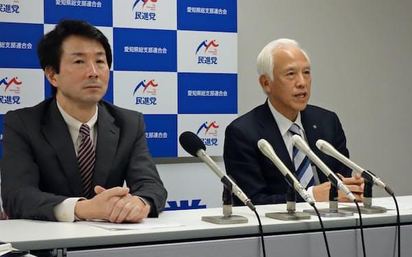 記者会見する愛知県連の塚本久幹事長(右)