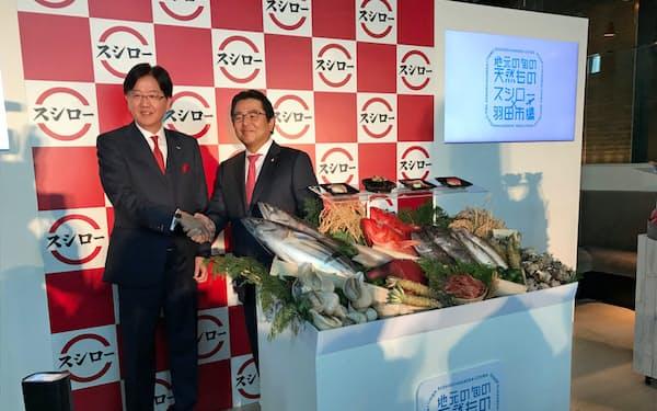 スシローの水留浩一社長(右)はCSNとの提携を発表した(13日、都内で開かれた事業戦略発表会)