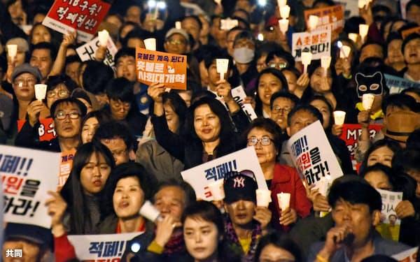 「ろうそく集会」から1年を記念した集会に参加した人々(10月28日、ソウル)=共同
