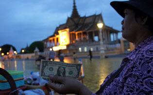 王宮前広場の飲料の屋台でもドルが使われていた(8月、カンボジア・プノンペン)