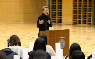 池上教授は「未来を創るために今から学ぶ教養」をテーマに、ICU高校の生徒たちと対話した(11月8日、東京都小金井市)=ICU高校提供