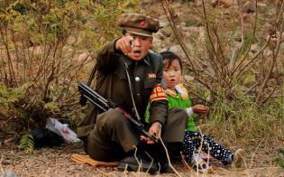 国境を隔てる川でボートから見かけた北朝鮮兵士と少女。カメラを向けると大声を上げてこちらを指さした