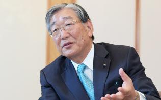インタビューに答えるアサヒグループホールディングス会長兼CEOの泉谷直木氏(8日、東京都千代田区)