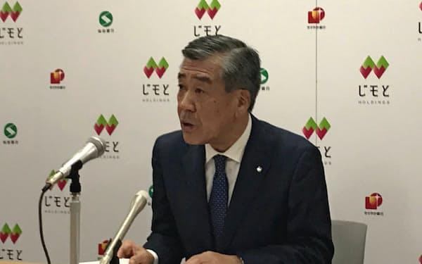 決算会見に臨む仙台銀行の鈴木隆頭取(14日、仙台市)