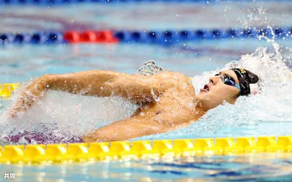 男子200メートル個人メドレー決勝 1分51秒40の大会新で優勝した瀬戸大也の背泳ぎ(14日、東京辰巳国際水泳場)=共同