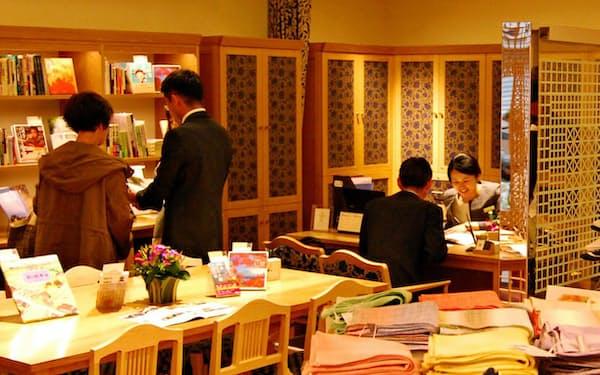 ツアーの相談・予約窓口のほか、セレクトショップを併設する(神戸市中央区)