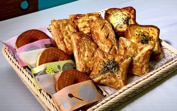 チーズやツナのサンド(左端の列)、トースト(右端の列)などを17日から売り出す